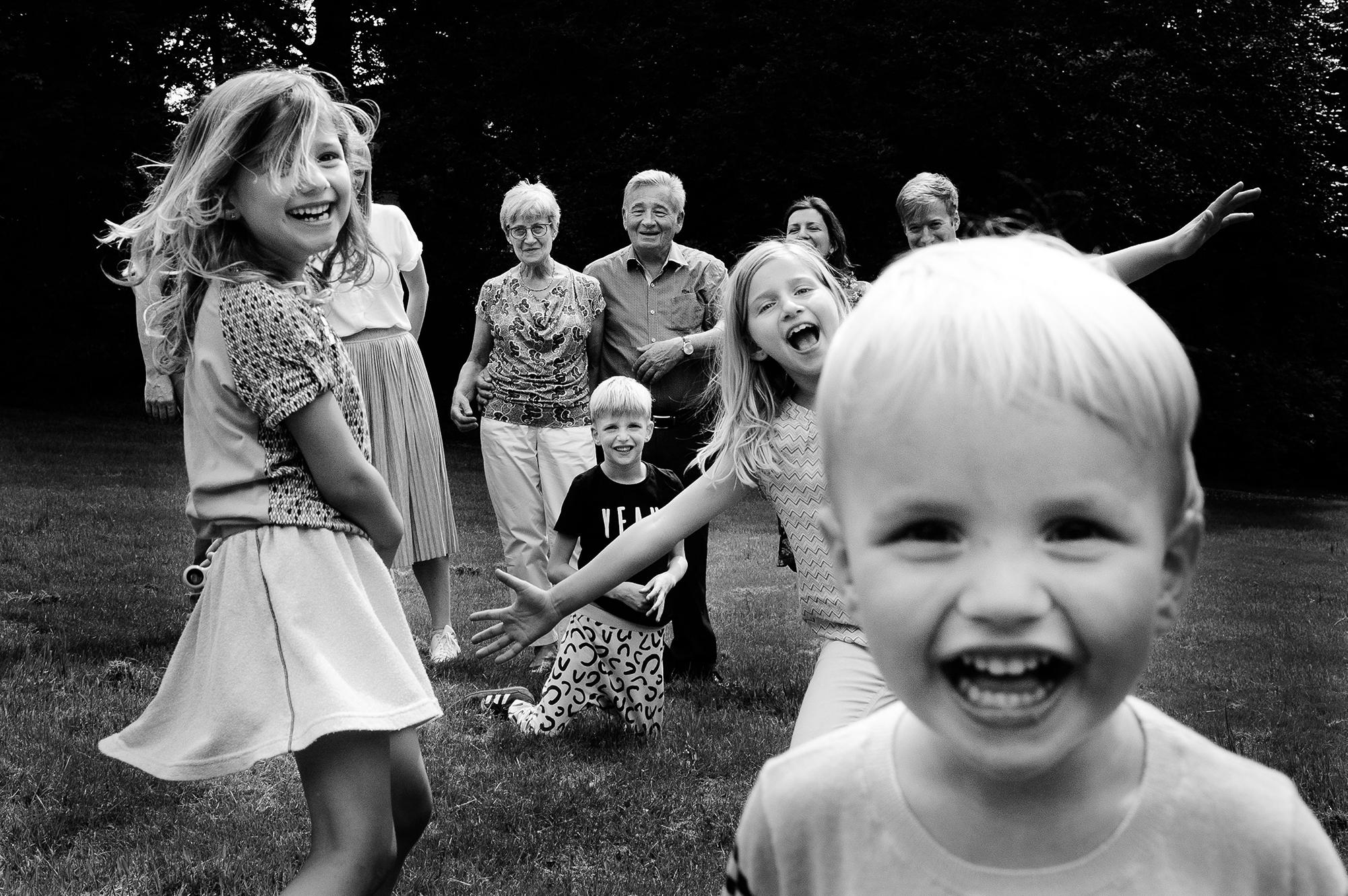 hele gezin met kleinzoontje voorop