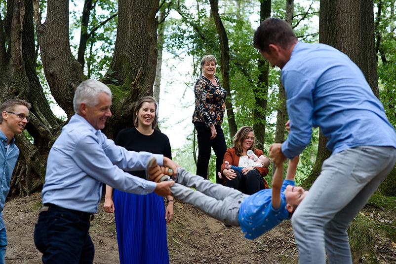 gekke spelletjes met de familie in het bos
