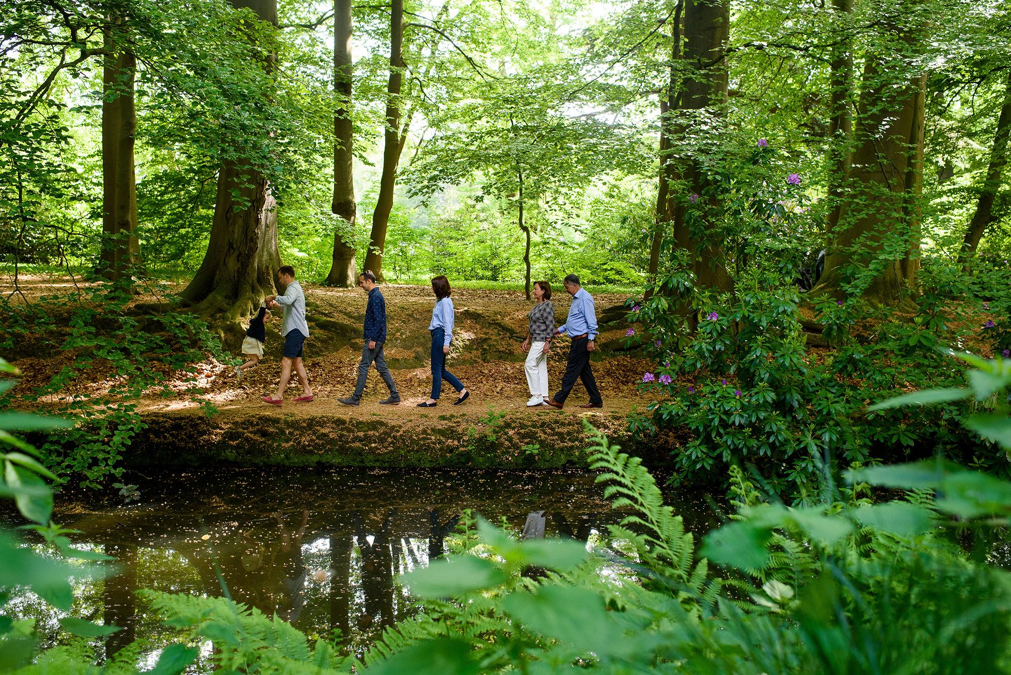 Familiewandeling in het bos