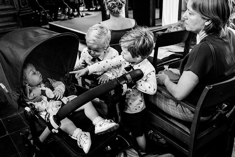 kinderen en baby in de trouwmis