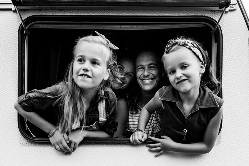 de meisjes in de caravan