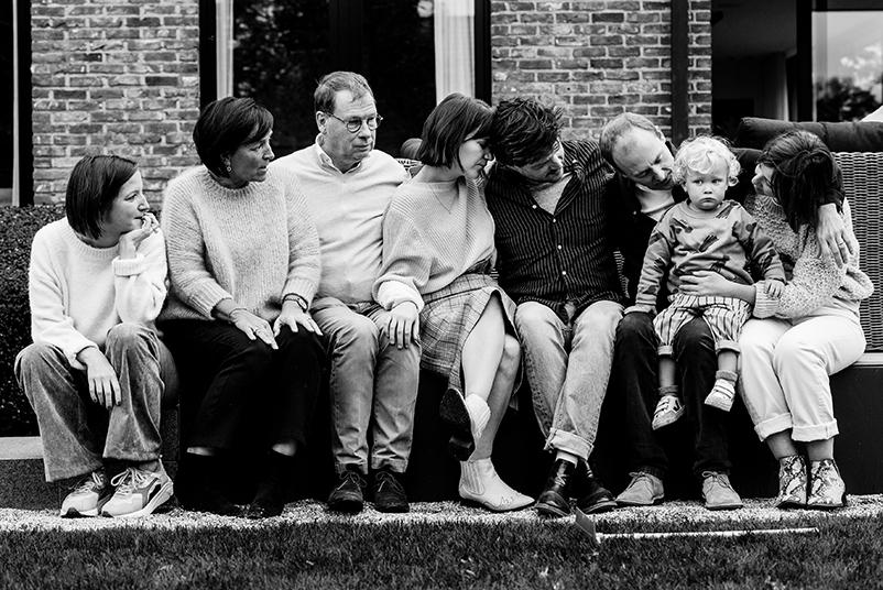 gezin met alle ogen op het kleinzoontje