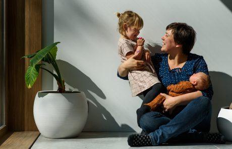 mama met baby en kleuter